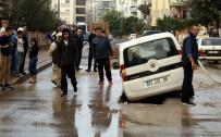ALT YAPI ÇALIŞMASI - Antalya'da Yol Çöktü Açıklaması 2 Araç Mahsur Kaldı