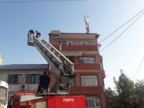 BAZ İSTASYONU - Çatıda Arıların Saldırısına Uğrayan Baz İstasyonu İşçilerini İtfaiye Kurtardı