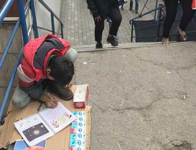 Ödevini mendil satarken yapıyor