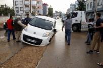 AKALAN - Yol Çöktü Açıklaması 2 Araç Mahsur Kaldı
