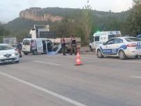 KARAÖZ - Antalya'da Trafik Kazası Açıklaması 1 Ölü, 2 Yaralı