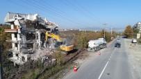 HASARLI BİNA - Başiskele'de Metruk Bir Bina Yıkıldı