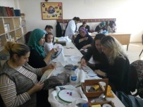 HALK EĞITIMI MERKEZI - Burhaniye'de Anneler Çocuklarını Beklerken Nakış Öğreniyor