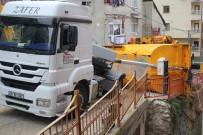 HAFRİYAT KAMYONU - İstanbul'da Hafriyat Kamyonu Devrildi, Faciadan Dönüldü