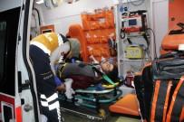 KOCAELI ÜNIVERSITESI - Kamyona Çarpan Otomobilin Tavanı Uçtu Açıklaması 1'İ Ağır 4 Yaralı