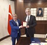 GÖREV SÜRESİ - TFF Hakkari İl Temsilcisi Aykut'tan Vali Toprak'a Plaket