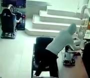 İKITELLI - Müşteri Gibi Girdi, Şarjdaki Telefonunu Çaldı