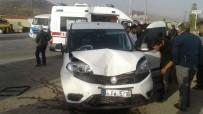 SANAYİ SİTESİ - Otomobil İle Şehir İçi Minibüs Çarpıştı