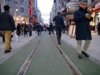 TAKSIM - Taksim İstiklal Caddesi'ndeki Tramvay Yoluna Yeşil Çuha Döşendi