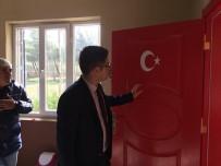 OKUL MÜDÜRÜ - Okul Kapılarına Türk Bayrağı Resmedildi