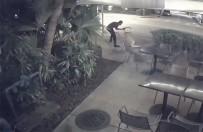 MIAMI - Sokak Ortasında Silahlı Gaspçı Dehşeti Kamerada