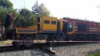 YÜK TRENİ - Yük Treni Bakım Aracı İle Çarpıştı Açıklaması 3 Yaralı