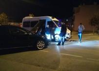 CEVHER DUDAYEV - Minibüs İle Otomobil Çarpıştı Açıklaması 1 Yaralı