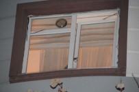 İTFAİYE ERİ - Kafasını Pencereye Sıkıştıran Kedi İtfaiye Ekipleri Tarafından Kurtarıldı