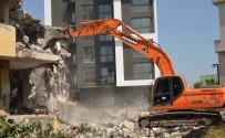 BELEDİYE ENCÜMENİ - Akdeniz'de Metruk Binalar Yıkılıyor