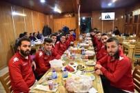 BASKETBOL KULÜBÜ - Derbi Öncesi Başkan Yağcı'dan Futbolculara Yemek