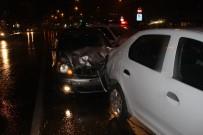 METROBÜS DURAĞI - İstanbul'da Üç Ayrı Kaza Açıklaması 4 Yaralı