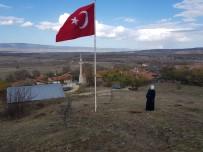 Köyü İçin Diktiği 7 Metrelik Bayrağı Göndere Çekti