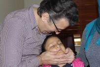 GÖRME ENGELLİ - Minik Hastasını Oyun Oynayarak Mutlu Etti