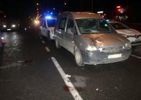 TİCARİ ARAÇ - Hafif Ticari Araç Yayalara Çarptı Açıklaması 2 Yaralı
