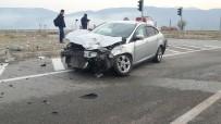 AHMET HAMDI AKPıNAR - Kargı'da Otomobil Kamyonla Çarpıştı Açıklaması 1 Yaralı