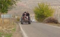 Traktördeki 5 Kişinin Tehlikeli Yolculuğu Kamerada