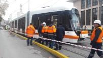 RAYLI SİSTEM - Eskişehir'de Tramvay Raydan Çıktı, Ulaşım 2 Saat Durdu