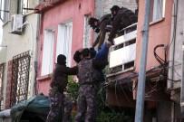 BIBER GAZı - Cezaevi Firarisi Polisi Görünce Ailesini Rehin Aldı