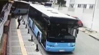 DİREKSİYON - Halk Otobüsü Okul Duvarında Asılı Kaldı