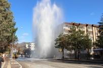 ALT YAPI ÇALIŞMASI - İş Makinesinin Patlattığı Su Volkan Gibi Fışkırdı