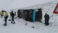 TAHKİKAT - Karlı Yolda Kayan Özel Halk Otobüsü Yan Yattı Açıklaması 18 Yaralı