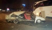 DİREKSİYON - Kontrolden Çıkan Otomobil, Otobüse Çarptı Açıklaması 2 Yaralı