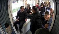 ŞEHIR TIYATROLARı - Tramvaydaki Sosyal Deneyi Gerçek Sanan Yolcular, Tiyatro Oyuncularını Azarladı