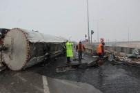 MEHMET ÖZER - Tanker Devrildi, Yola Akan 15 Ton Asfalt Dondu