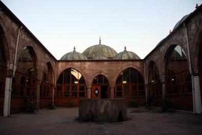 Bu Medresenin Kubbelerinden '93 Harbi'nde Mermi Yapıldı