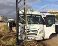 YOLCU MİNİBÜSÜ - Şehir İçi Minibüs Elektrik Direğine Çarptı