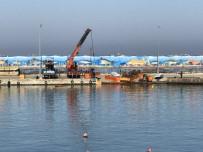 İŞ MAKİNASI - Suya Batan İş Makinası Sudan Çıkarıldı