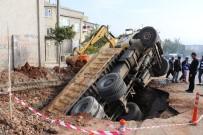 KANALİZASYON ÇALIŞMASI - Kamyon Kanalizasyon Çukuruna Düştü