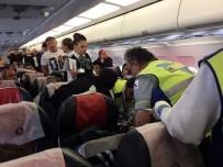 OKSİJEN TÜPÜ - Uçakta Fenalaşan Kadına Sağlık Memuru Müdahale Etti
