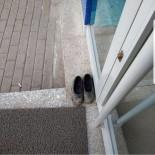 Çamurlu Kara Lastiklerini Çıkarıp Bankaya Çoraplarıyla Girdi