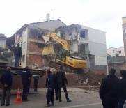 YIKIM ÇALIŞMALARI - İş Makinesi Yanlış Binayı Yıktı, Binadakiler Şaşkına Döndü