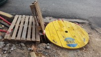 ELEKTRİK DAĞITIM ŞİRKETİ - Otomobilin İçine Düştüğü Çukur Tahta İle Kapatıldı