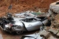APARTMAN YÖNETİCİSİ - İstinat Duvarı Çöktü Araçlar Toprak Altında Kaldı