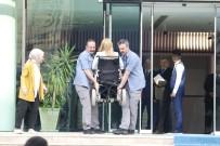 ENGELLİ RAMPASI - Engelli Milletvekilinin Korumalar Tarafından Taşındığı Protokol Girişine Engelli Asansörü
