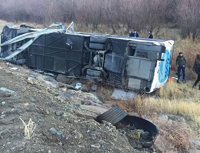Erzincan'da yolcu otobüsü şarampole devrildi: 1 ölü 10 yaralı