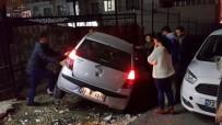 KADIN SÜRÜCÜ - Fren Yerine Gaza Basan Kadın Sürücü Korkuluklara Çarptı