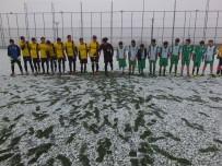 HAKEM KURULU - Minik Futbolcular Tir Tir Titrerken O Bere İle Maça Çıktı