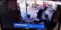 PATLAMA ANI - Sakarya'da Bakımını Yaptığı Lastik Bomba Gibi Patladı