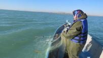 ÇALIŞAN KADIN - Göl Sularına Ağ Atan Kadın Balıkçılara Can Yeleği Ve Yağmurluk Dağıtılıyor
