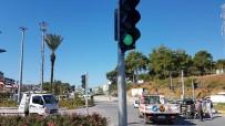 SARıLAR - Trafik Lambası Her Yöne Yeşil Yanınca Araçlar Birbirine Girdi